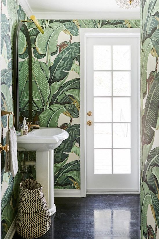 Tropical bathroom joy! Botanical wallpaper brings the outside indoors.
