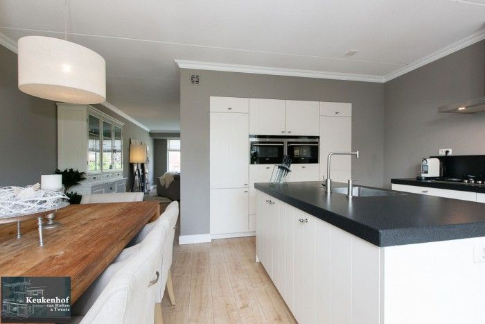 Interieuridee n mooie landelijke leefkeuken met kookeiland en wand met ingebouwd apparatuur - Keuken decoratie model ...