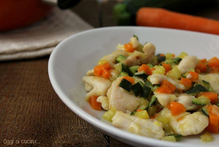 I bocconcini di pollo con verdure sono un secondo piatto saporito e cremoso preparato con zucchine carote e cipolle ricetta semplice e veloce da realizzare