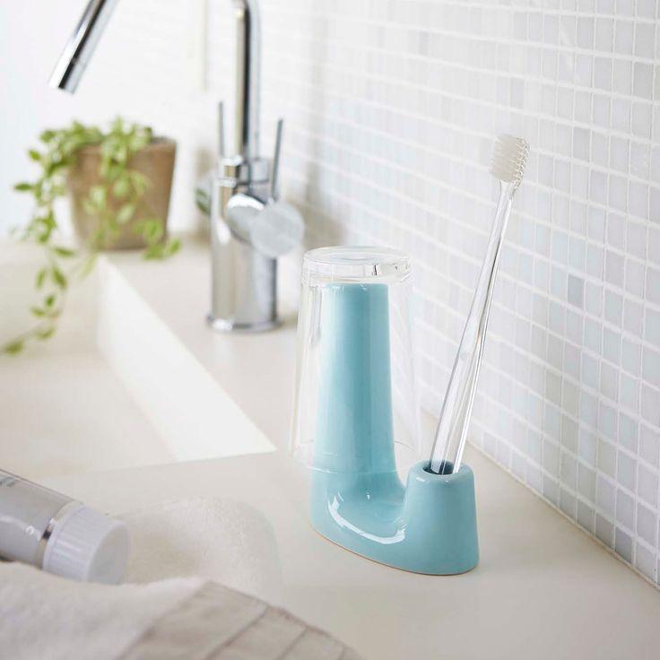 丸みのある形と可愛らしいカラーが特徴の「トゥースブラシ&タンブラースタンド プレーン」のご紹介です。可愛いだけでなく、低い方に歯ブラシを置いて高い方にコップを掛けられる機能的なカタチ。歯ブラシを2本収納する使い方も◎歯ブラシだけでなく、電動歯ブラシの替えブラシや歯間ブラシなどの収納にもお使いいただけます。底には穴が開いているので水はけもよく清潔感があります。  ■SIZE:約W9XD4.5XH11.5cm  #home#plain#歯ブラシ#歯ブラシ収納#歯間ブラシ収納#電動歯ブラシ収納#電動歯ブラシ#タンブラー#タンブラースタンド#収納#暮らし#丁寧な暮らし#シンプルライフ#おうち#北欧雑貨#北欧インテリア#収納#モノクロ#モノクロインテリア#シンプル#モダン#便利#おしゃれ #雑貨 #yamazaki #山崎実業