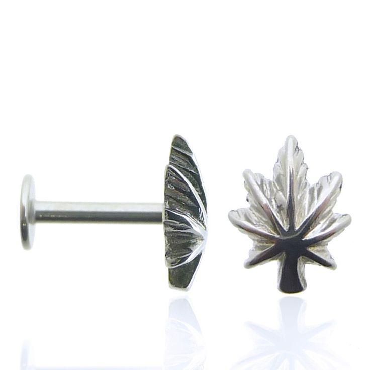 Piercing d'oreille (tragus et hélix) avec feuille de cannabis en acier chirurgical. Le site c-bo propose de nombreux piercing en acier chirurgical