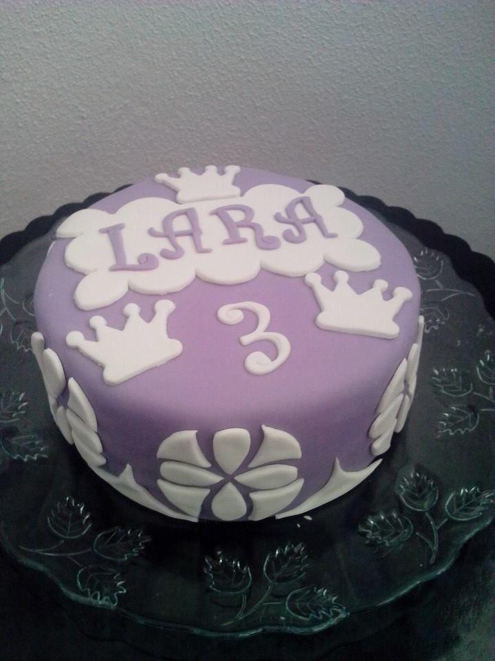 E para terminar em grande, o bolo da festinha dos pequeninos. Bolo de iogurte e baunilha com recheio de creme de pasteleiro, decoração inspirada na princesa Sofia da Disney.