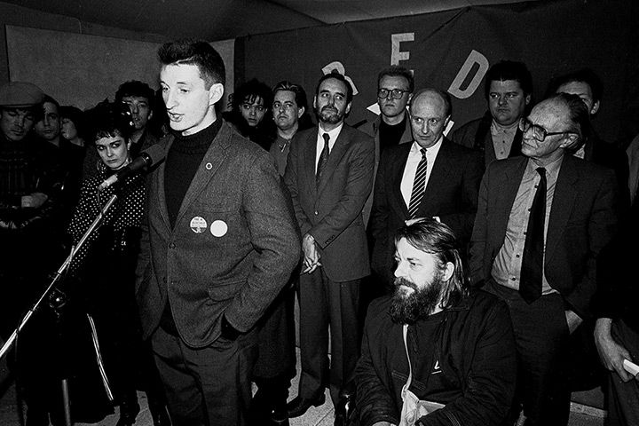 Billy Bragg watched by Labour leader Neil Kinnock at the 1985 launch of Red Wedge, an initiative to get young people interested in politics