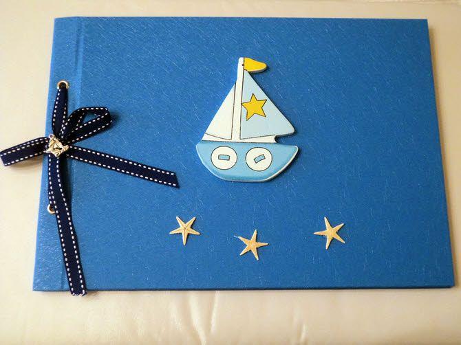 Βιβλίο ευχών βάπτισης σε μπλέ χρώμα, διακοσμημένο με ξύλινο καραβάκι, αστερίες και μεταλλικό καράβι.