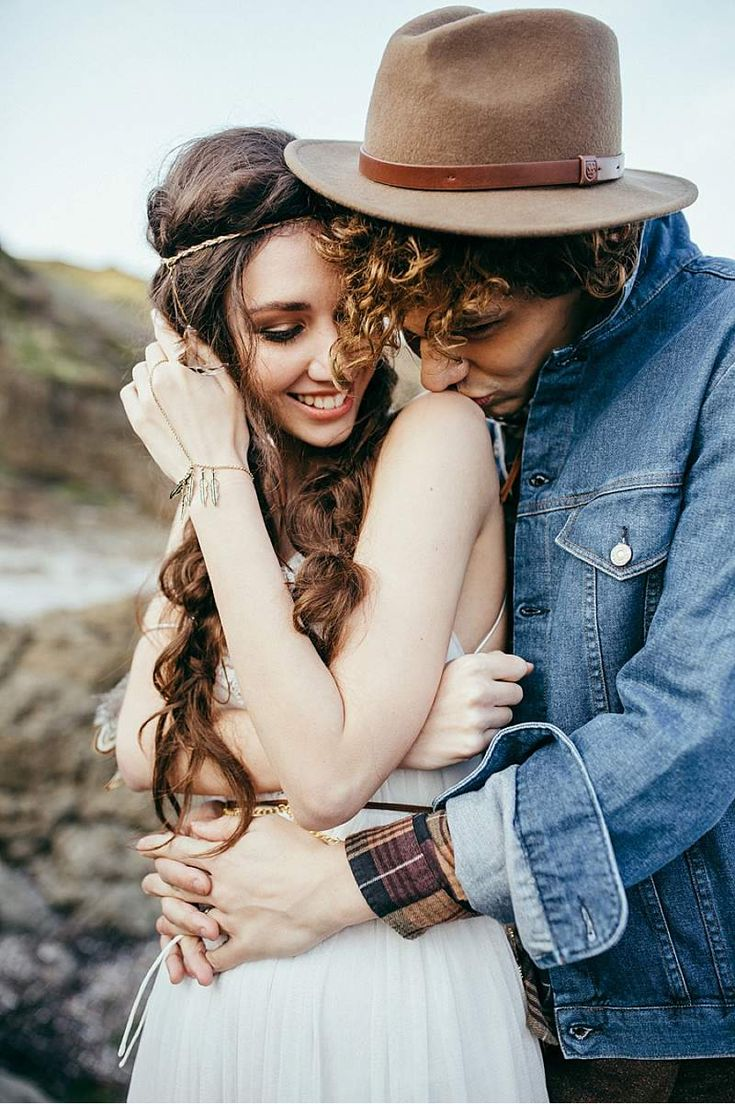 Feather and Rocks - magical Bohemian Shooting by Chris & Ruth Photography