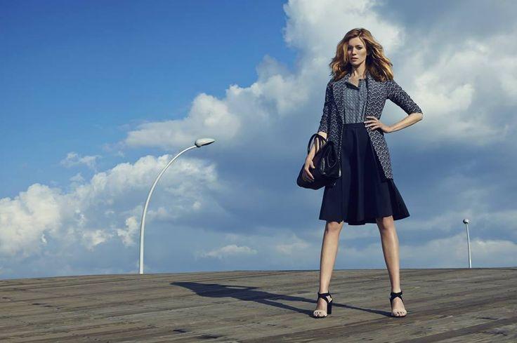 Elegancki płaszcz damski we wzory w połączeniu z rozkloszowaną spódnicą top secret