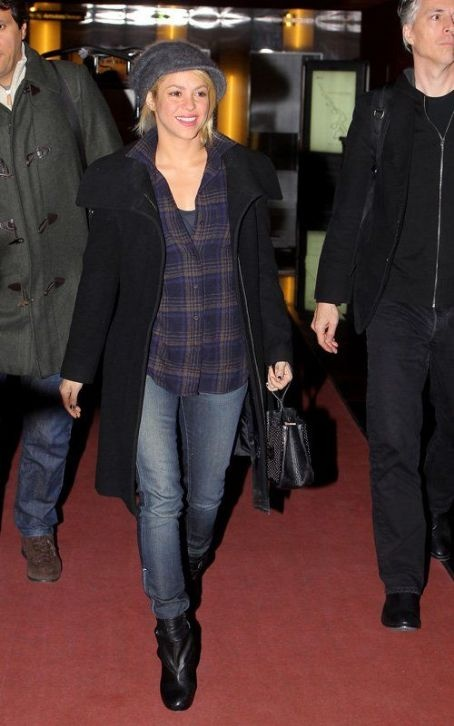 Shakira is a modern Flamboyant Gamine. Here she wears a longer top with skinny boyfriend jeans and a cheeky cap.