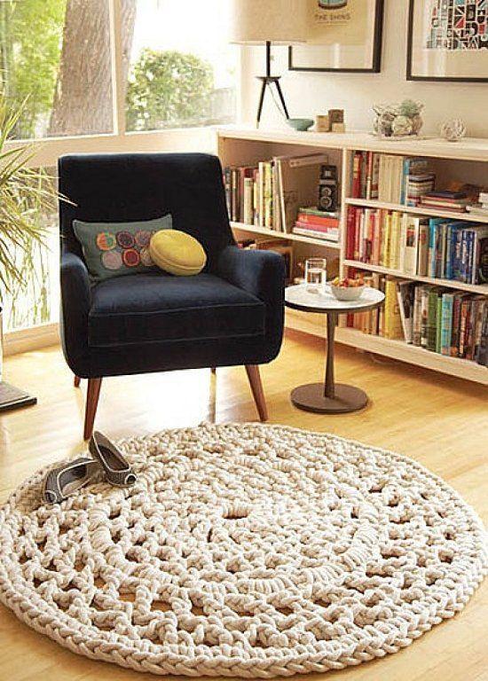 Me tiene enamorada esta alfombra...en este rincón pegan hasta los libros, están colocados por colores!