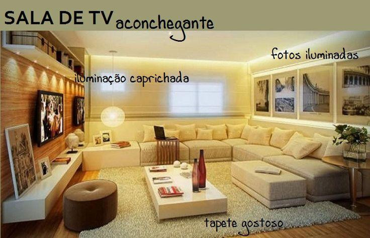 """O piso de madeira em tom médiosobepela parede ao fundo da tv, contrastando com os móveis brancos. O sofá grande em """"L"""" abriga muitas pessoas de forma confortável, e a iluminação indireta no gesso favorece os momentos de relaxamento e lazer em volta da tv."""