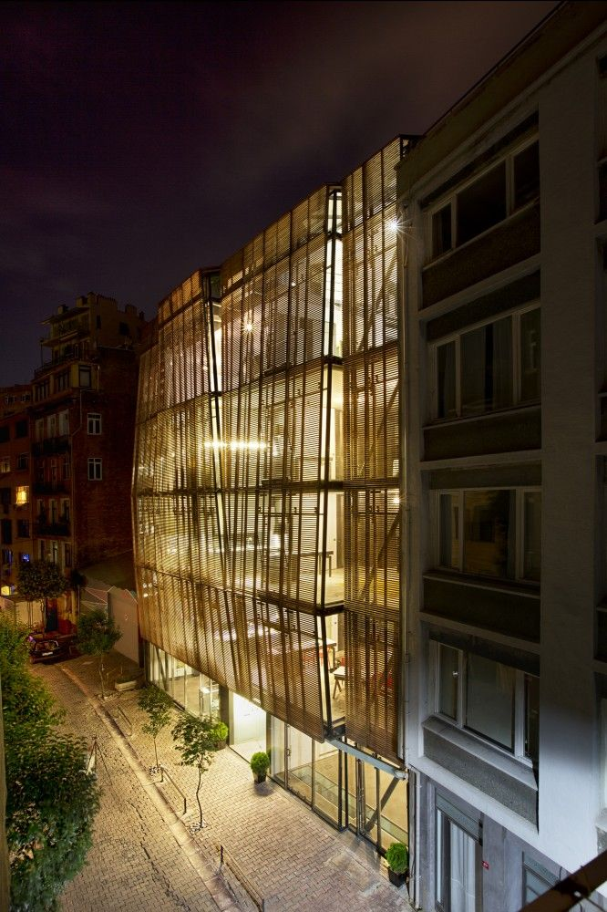 İpera 25 / Alataş Architecture & Consulting. Located in the historic and protected district of Istanbul's Galata, Ipera is a 10 flat building that goes beyond the conventional codes of the area.