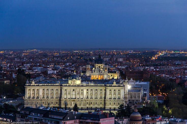 El Palacio Real iluminado #Madrid desde la azotea del Hotel Melia Princesa #CallejeandoMadrid Buen fin de semana ;-) pic.twitter.com/Ppe38aHHGE