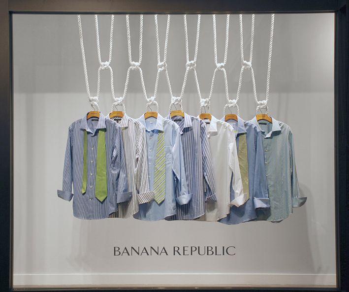 Escaparate de ropa sencillo y  que muestra claramente lo que vende ,  IV  / Men's clothes can also be alluring. Visual Merchandising in Barcelona, Spain.