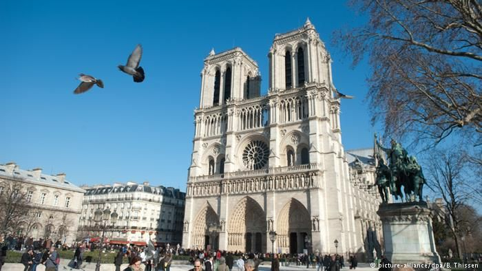 """Notre Dame, Fransa başkentinin merkezindeki gotik katedral Victor Hugo'nun romanı """"Notre Dame'ın Kamburu"""" ile dünyaca ün kazandı. Napolyon Fransa İmparatoru olduğunda burada taç giydi. #Maximiles #Avrupa #Europe #tarih #tarihi #world #dünya #historic #history #turizm #tourism #historical #tarihiyerler #tarihmerkezleri #culture #kültür #farklıkültürler #seyahat #travel"""