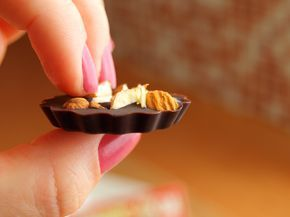 Tenhle recept je pro mě osobně naprostá bomba. :) Z mála surovin hodně muziky. Navíc je to tak jednoduché. A máte kontrolu nad složením! Pokud máte rádi kvalitní hořké čokolády, bude Vám tato domácí čokoláda chutnat také. Připravte si: 100g kakaového másla 65g holandského kakaa 65g agávového sirupu špetku soli ořechy, sušené ovoce, kokos, apod. …