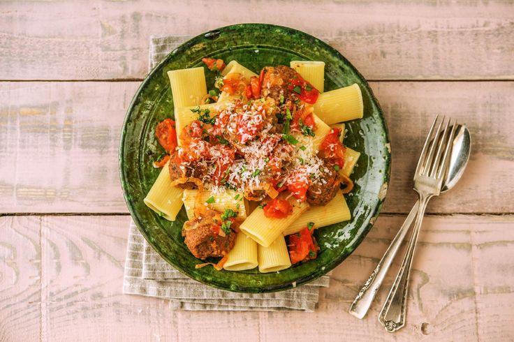 Heute auf Deinem Teller: Unsere geschmackvolle und vegetarische Alternative zu klassischen Fleischbällchen – schwarze Bohnen-Bällchen. Herzhaft, leicht und mit den Gewürzen Italiens aufgepeppt ist dieses Gericht heute Dein perfektes Dinner! Guten Appetit!