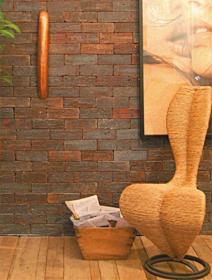 No átrio de Carol e Vivi, as plaquetas de tijolo na cor shiraz (22 x 7 cm, da Palimanan) aderiram à parede com Cascola Monta & Fixa PL 600, da Henkel.