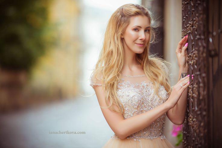Портрет девушки, фотосессия на природе, старый город, варшава, макияж, фотосет, прическа, свадебное платье