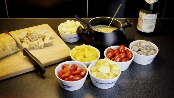 Recept voor kaasfondue met Gorgonzola en Jong belegen kaas. En heel veel lekkere dips natuurlijk. Voor de liefhebbers van feestelijk vegetarisch eten.