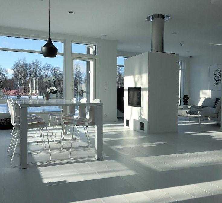 Tom Dixon valaisin tuo mustan kontrastin minimalistiseen valkoiseen sisustukseen, joka saa lisäväriä suurista ikkunoista avautuvista pihamaisemista