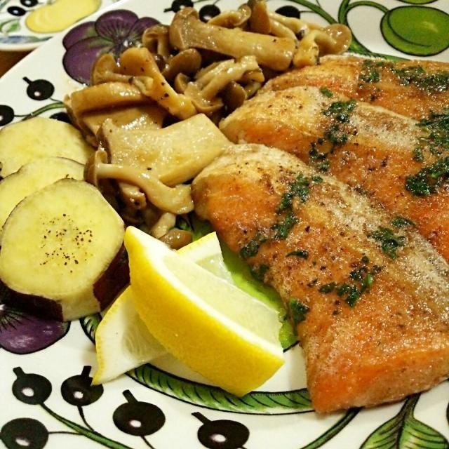 秋刀魚の次は秋鮭♪ ガルニもキノコとサツマイモで秋っぽく仕上げました(*^^*) - 196件のもぐもぐ - 秋鮭のムニエル パセリバターソース キノコのソテーと焼き芋を添えて by TOTOLONNE