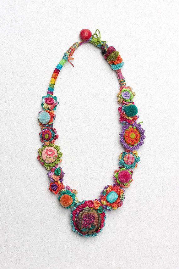 Frida 2016 3, Faser Kunst klobige häkeln Halskette mit Stoff, Knöpfe, Textil-Perlen, Stein Perlen und Holzperle Schließung. Bunt: leuchtend rosa, blau, Orange, grün, lila, blaugrün, gelb, Fuchsia, Chartreuse, rot... Ein von einer Art. Länge 66 cm (26 Zoll). Diese Kette ist von Marijana handgefertigt. ----------------------------------------------------- Mehr von unseren Halsketten http://www.etsy.com/shop/rRradionica?section_id=10372862 Zurück zu unserem Shop http:...