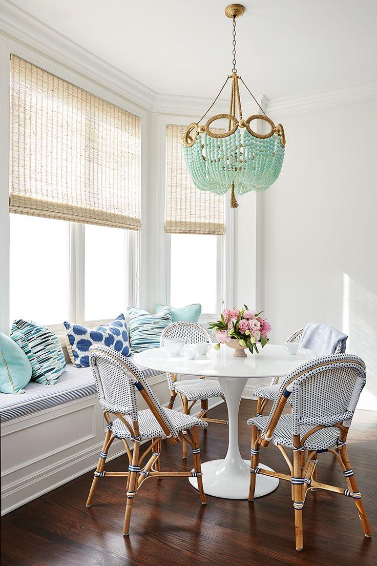 Мебель из натуральных материалов, римские шторы и необычная люстра из бусин мятного цвета