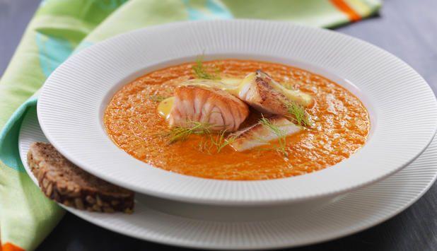 Tomater, appelsin og safran gir denne suppen en smak av Frankrike. Serveres med rouille og godt brød. #fisk #oppskrift