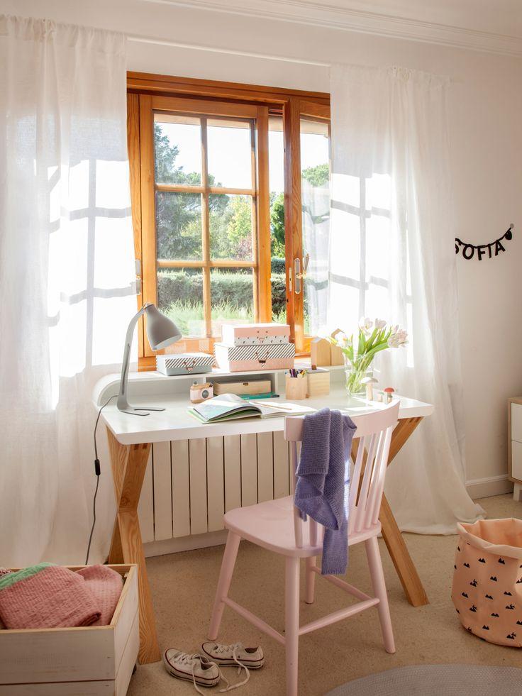 escritorio juvenil frente a una ventana de madera