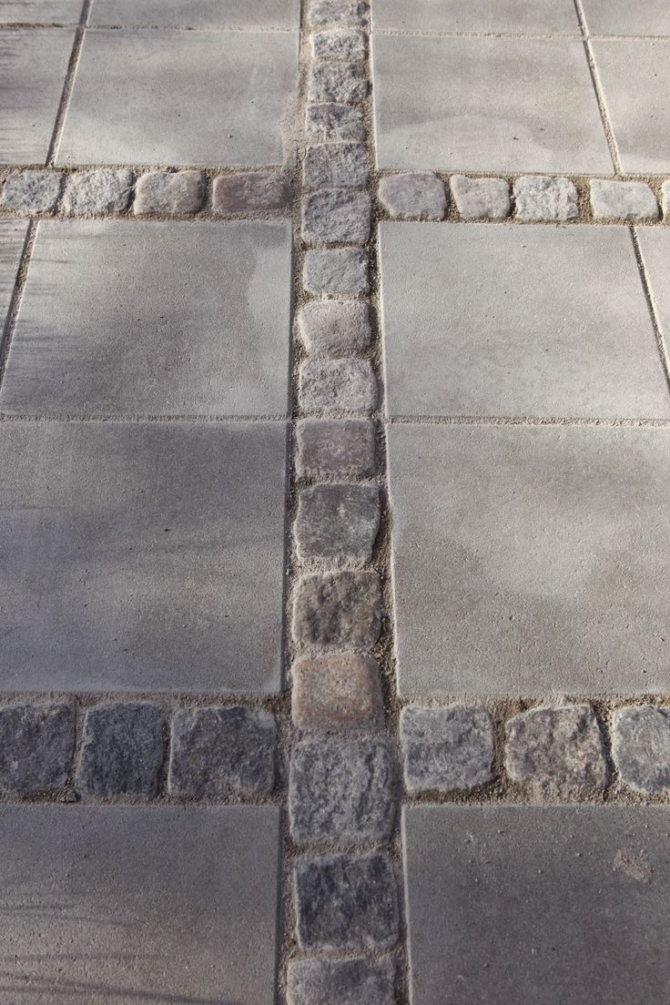 Betongplattor blandat med smågatsten. Från LILLA VILLA VITA: Pergolan börjar ta form