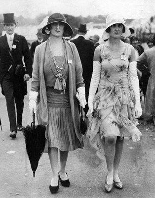 Deux jolies jeunes femmes aux courses
