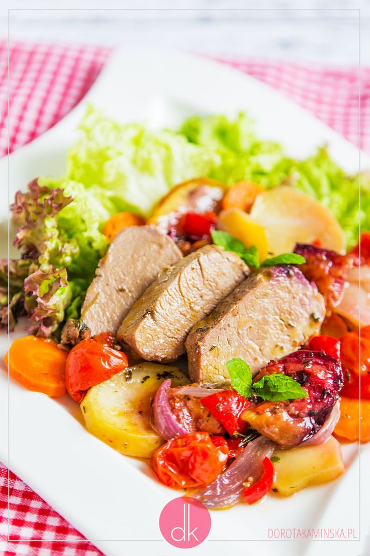 Polędwiczki pieczone ze śliwkami i warzywami w sosie z dodatkiem likieru. Świetne pieczone polędwiczki.  #przepis #obiad #kolacja #polędwiczki #tenderloin