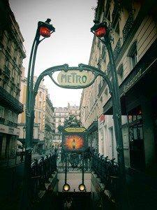 Avec plus de 200 km de lignes, près de 300 stations , le métro parisien est le plus dense du monde. Le métro parisien comporte 16 lignes, essentiellement souterraines, avec 196 km souterrains sur 2…