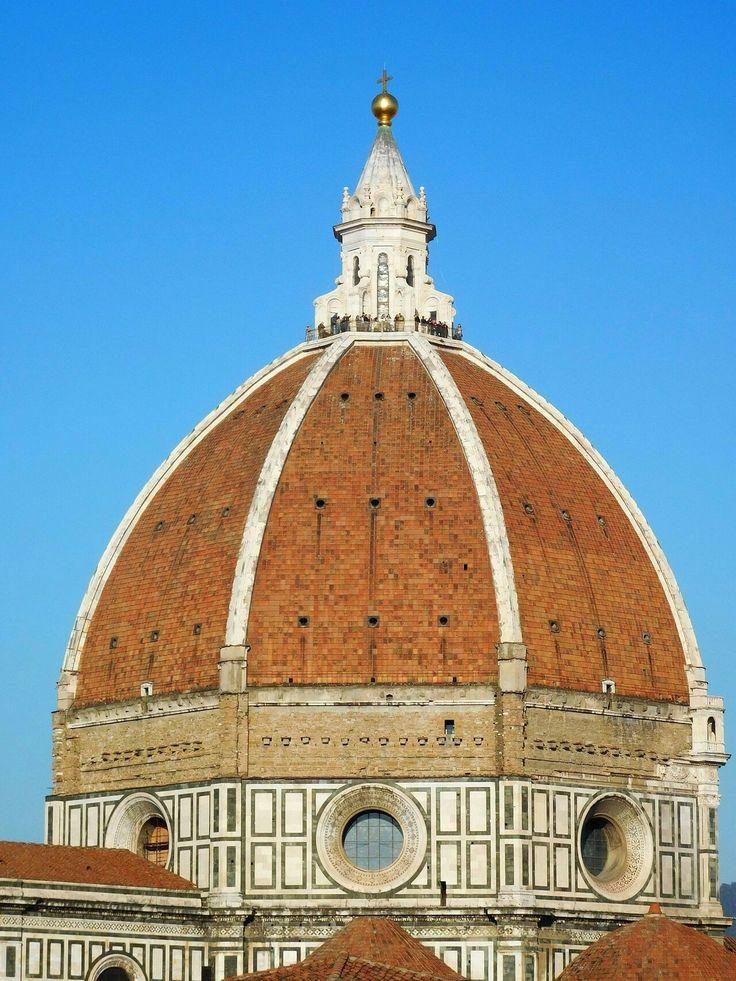 La cupola di Brunelleschi costituisce la copertura della crociera del Duomo di Firenze, fu completata nel 1436 diventando la prima grandiosa opera del Rinascimento