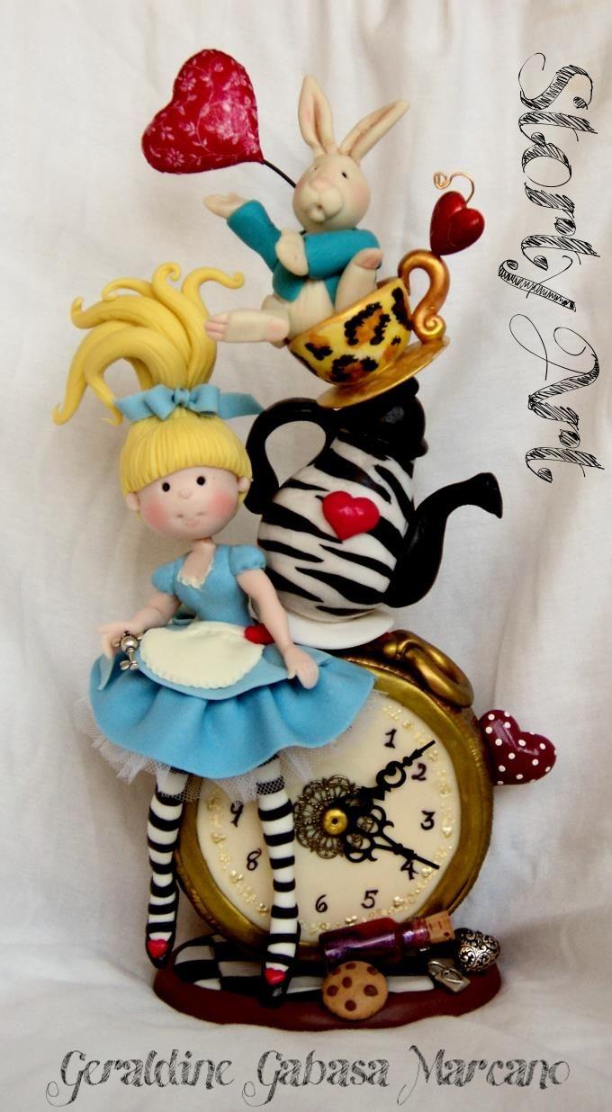Reloj decorado de Alicia en el País de las Maravillas en arcilla polimérica / Polymer Clay
