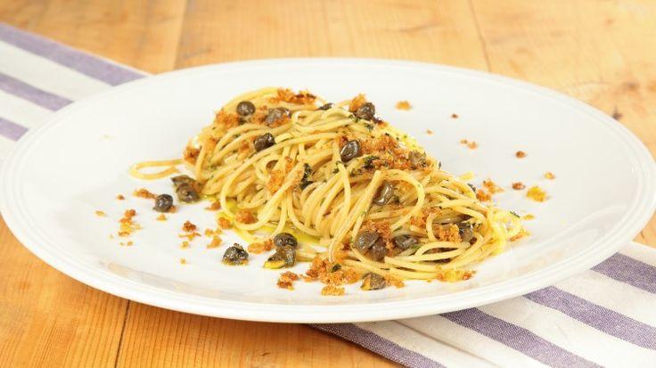 Ricetta Spaghetti con acciughe, mollica e capperi: Gli spaghetti con acciughe, molliche e capperi sono la ricetta ideale per chi vuol portare a tavola un piatto saporito ma veloce. Provateli!