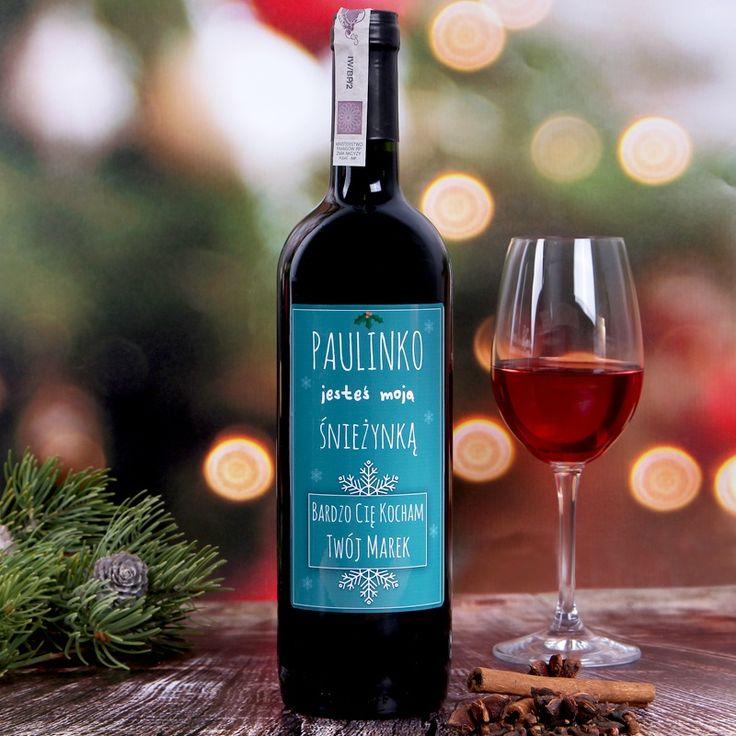 Butelka wina z zabawną, personalizowaną etykietą. Ten wyjątkowy trunek możecie wręczyć ukochanej Śnieżynce, czym zapewne wywołacie uśmiech na jej twarzy i wprowadzicie ją w romantyczno-świąteczny nastrój. Personalizowane wino to świetny pomysł na nietypowy i charakterystyczny prezent pod choinkę dla dziewczyny, narzeczonej itp. Z pewnością zaskoczy obdarowaną osobę i będzie doskonałym pretekstem d ...