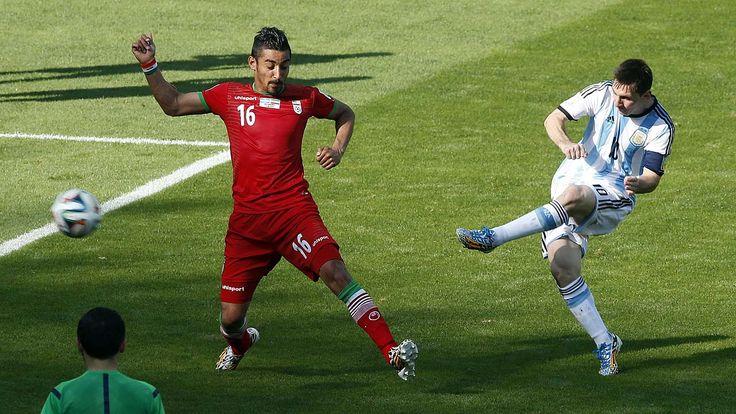 GOL. Lionel Messi convierte el unico gol del partido frente a Iran. (Juan Manuel Foglia)