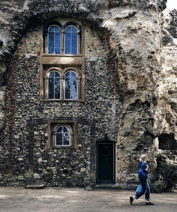 Yep - someone lives in this house built into the remains of an ancient abbey! 😳 By @dy_ellie It's located in the attractive market town of Bury St Edmunds, Suffolk in south-east England, less than a couple of hours by train from London.