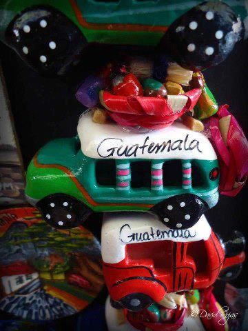 Artesanias de Guatemala, camionetas de madera – foto por Dave Gt Rojas