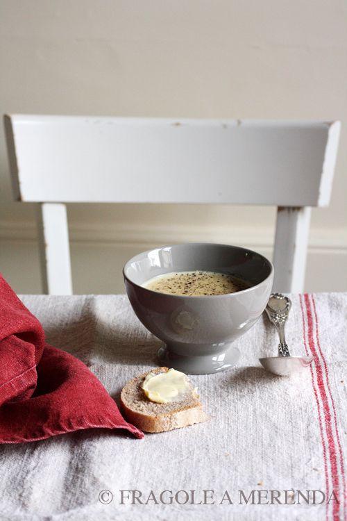 La vellutata d'aglio: non è una pozione antistrega, ma una profumatissima zuppa! (ricetta di Sabrine, FRAGOLE A MERENDA, http://www.fragoleamerenda.it/2013/10/la-vellutata-daglio.html)