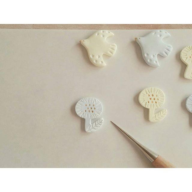「石塑(せきそ)ねんど」という粘土をご存知ですか?石塑ねんどは、陶器のような質感のアクセサリー作りに向いている粘土。紙粘土のように扱えてるので、家庭で本格的な陶器っぽいグッズをDIYできますよ♪乾くと陶器のようなナチュラルな表面になり、さらに磨くとツヤが出せます。もちろんアクリル絵の具での色づけもOK!クラフトショップや画材店などで販売されており、数百円からの比較的安価な値段で手に入りますよ。   ページ1 もっと見る
