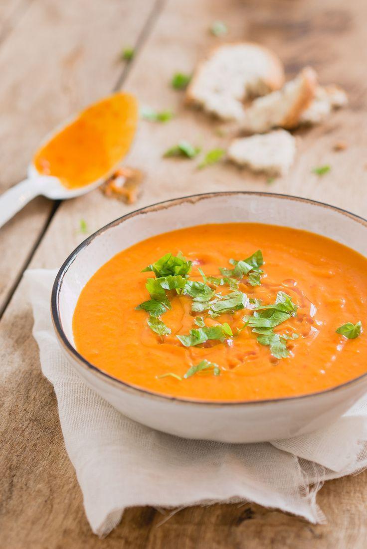 Dit heerlijke recept voor vegetarische soep met zoete aardappel en paprika is een snelle en makkelijke soep om te maken.