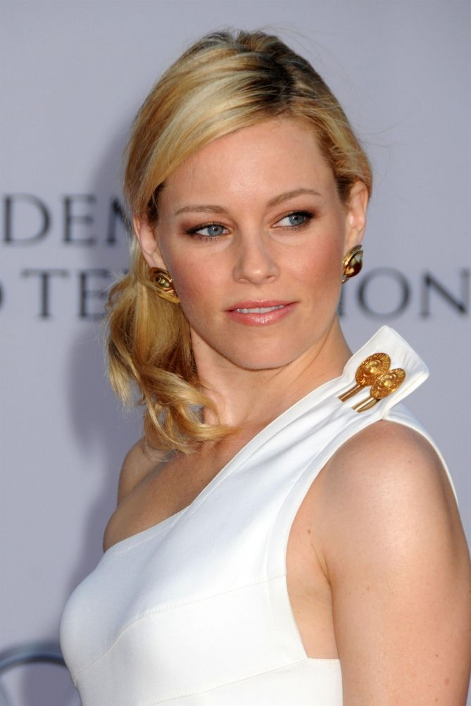 """Elizabeth Banks Is the Height of Glamour in Her Gold Pumps at """"Mockingjay"""" Premiere 
