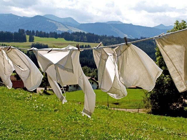 Cara menggunakan pemutih pakaian dan memanfaatkan sisa air hasil rendaman sebagai disenfektan pada kamar mandi dan bak sampah