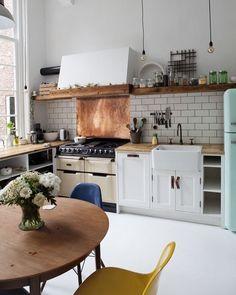 O estilo retrô é um dos nossos xodós! Ele fica bem em salas de estar quartos e até cozinhas. Pendentes crus elementos mais rústicos e algumas cadeiras Eames deixam o ambiente perfeito!  #decoracao #decore #designdeinteriores #bomdia #homesweethome #home #homedecor #moblybr #mobly #inspiração #inspiration #love #kitchen #lar #lardocelar #instadecor #instahome #whitedecor