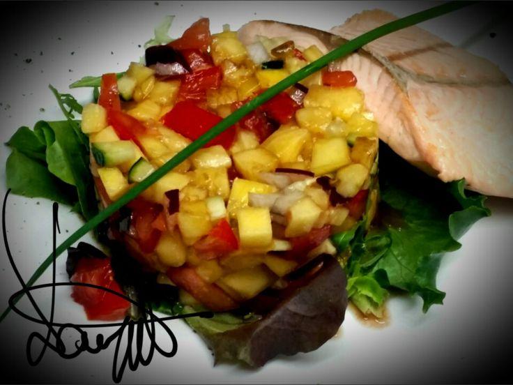 Salmon salad - Salmone scottato su misticanza e brunoise di mango, ananas, pomodori, cetrioli, cipolla rossa conditi con olio extravergine., sale, glassa balsamica e pepe verde.