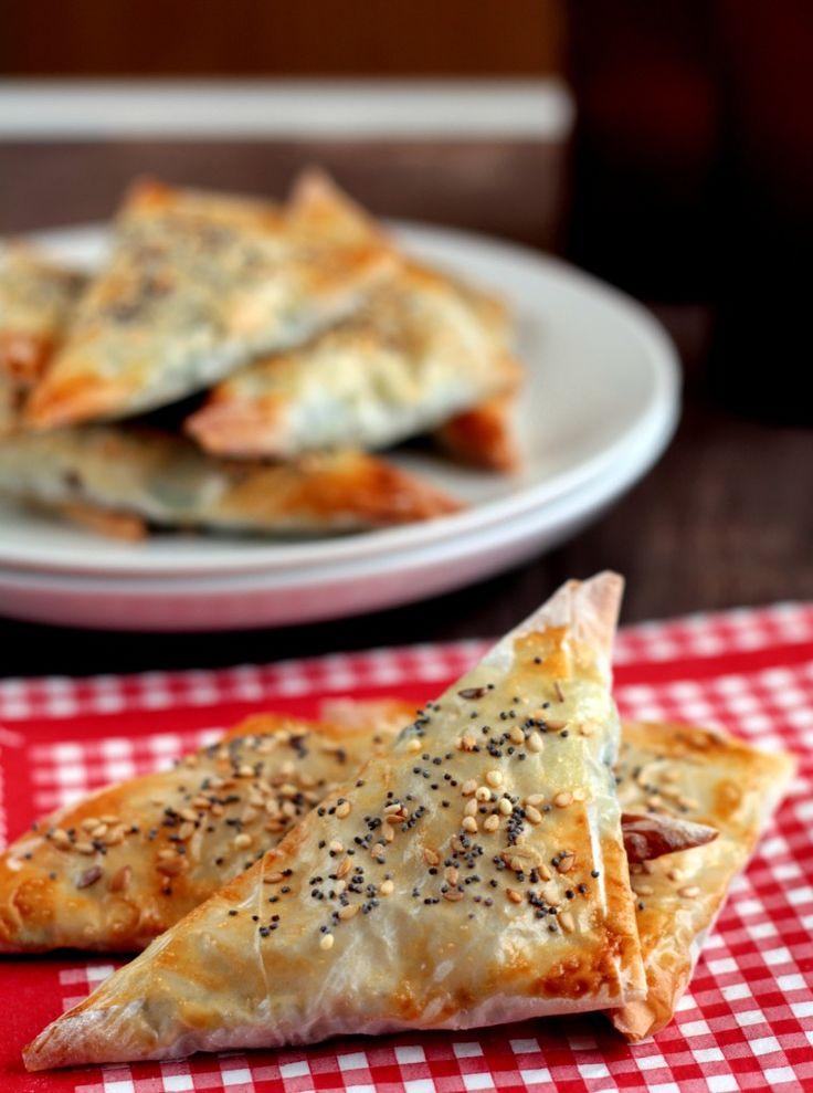 Spanakopita: espinacas y queso feta en triángulos de pasta filo
