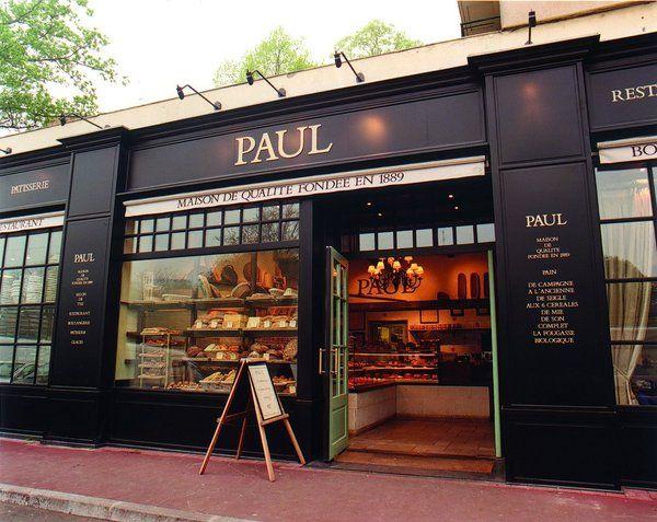 Façade noire pour la boulangerie Paul à Roubaix.