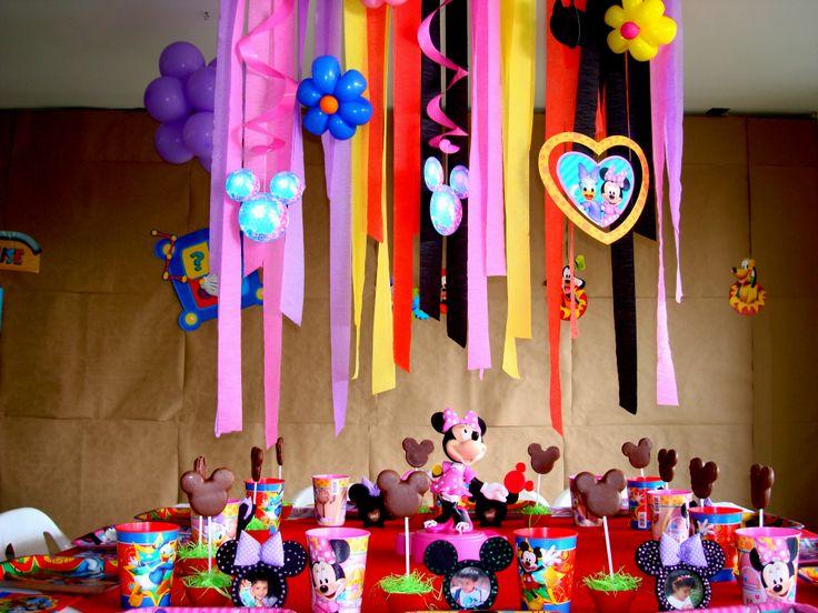 Utiliza una gama de colores acorde a los personajes de la fiesta