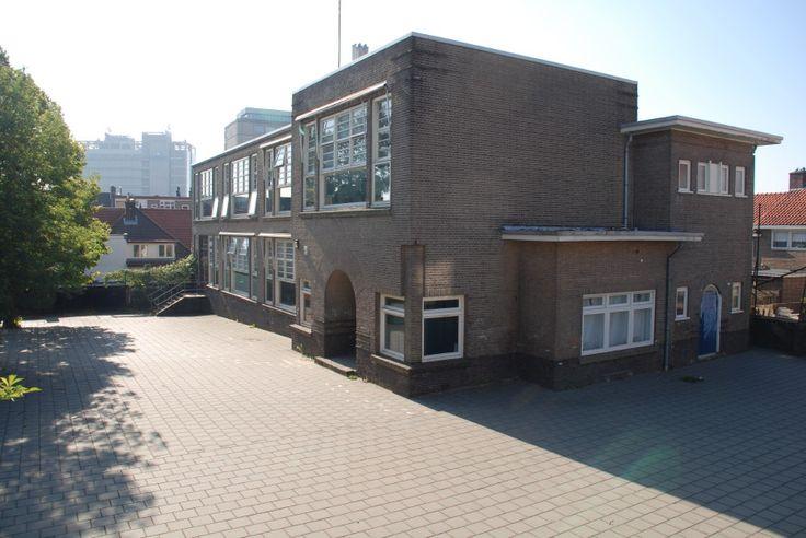 Het uit 1926 daterende gebouw is oorspronkelijk gebouwd als school. Het gebouw heeft met zijn in elkaar geschakelde kubische bouwvolumes, horizontaliserende gevelindelingen en platte daken een voor de bouwtijd modern karakter, geïnspireerd door de architectuur Haagse School en de scholenbouw van W.M. Dudok.